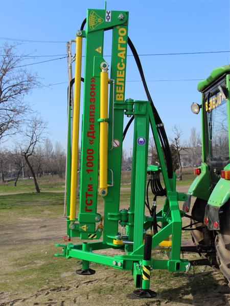 Погрузчик тракторный гидравлический ГСТм-1000 Диапазон в сложенном положении на тракторе