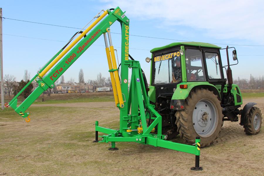 Погрузчик тракторный гидравлический ГСТм-1000 в рабочем положении
